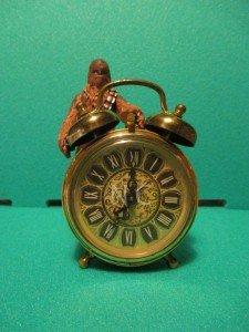Je remercie mon fils pour m'avoir laissé lui emprunter sa toute récente figurine de Chewbacca et accessoirement son vieux réveil sur lequel il apprend l'heure
